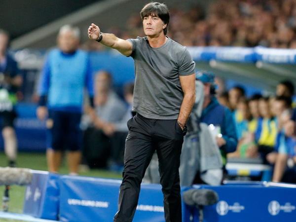 Tin bóng đá chiều 15/5: HLV Joachim Low không được đến sân theo dõi cầu thủ