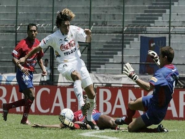 Cận cảnh pha sút bóng vào khung thành gây ra va chạm cực mạnh dẫn đến cái chết của thủ môn Danny Ortiz.