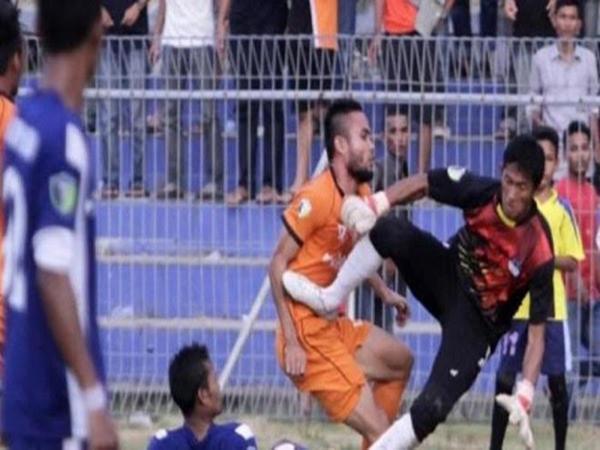 Cú đạp cực mạnh của thủ môn đã dẫn tới cái chết oan uổng của Akli Fairuz.