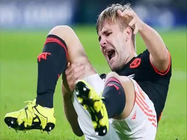 Chân phải của hậu vệ Luke Shaw bị gãy làm đôi thật kinh hoàng.