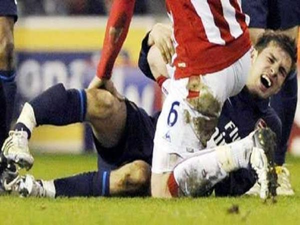 Có thể thấy chân của Ramsey bị gãy thật kinh hoàng và đau sót.